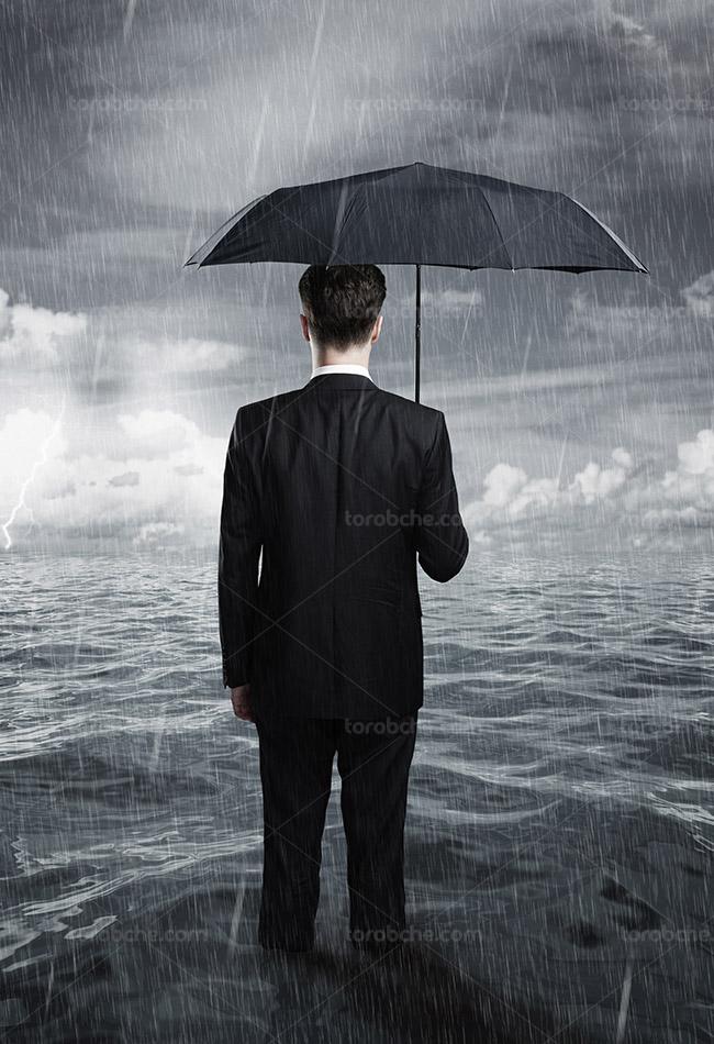 تصویر با کیفیت کسب و کار مفهومی مرد زیر باران