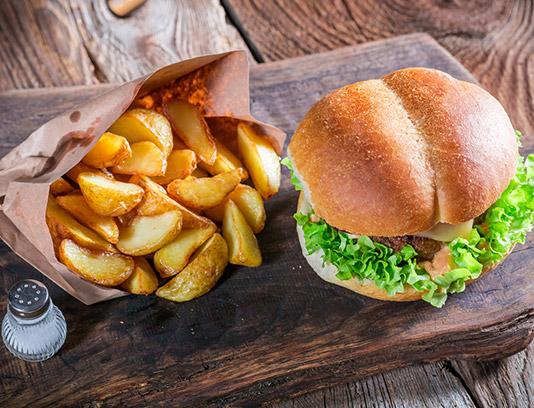 عکس با کیفیت همبرگر با سیب زمینی سرخ کرده