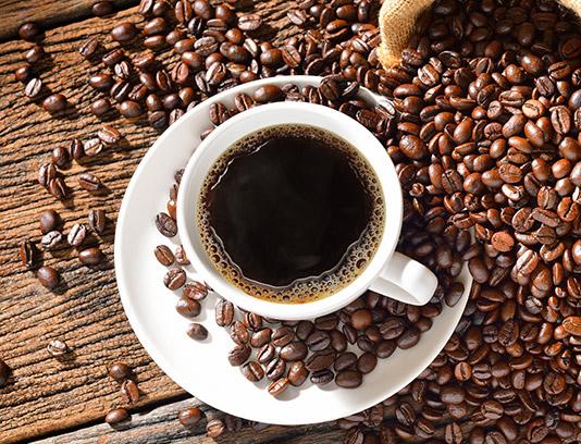 تصویر با کیفیت فنجان و دانه های قهوه