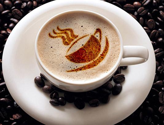 موکاپ لوگوی کافی شاپ روی فنجان قهوه لته