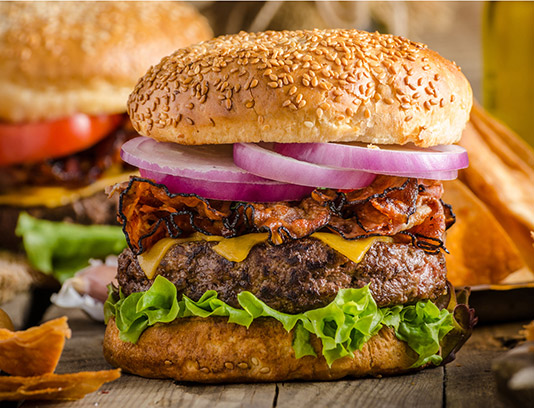 عکس با کیفیت همبرگر گوشت با نان کنجدی