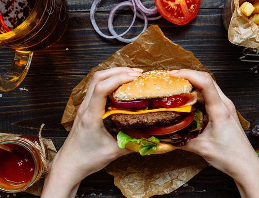 عکس با کیفیت ساندویچ همبرگر با سس کچاپ