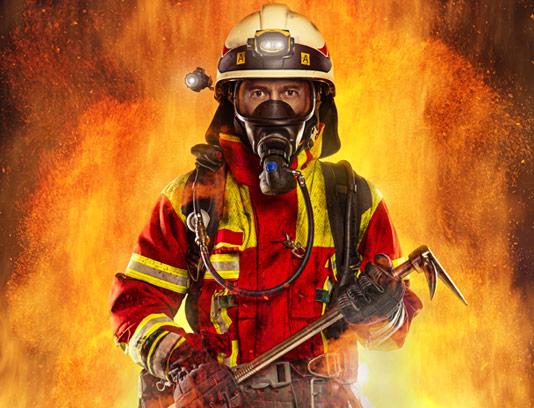 عکس با کیفیت مرد آتشنشان با تجهیزات آتشنشانی