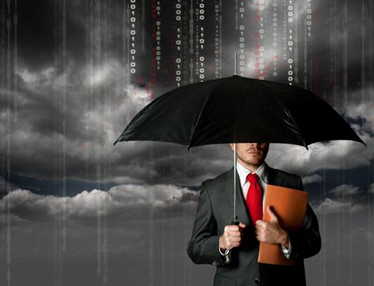 مرد با چتر زیر بارش اطلاعات دیجیتال