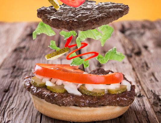 عکس با کیفیت ساندویچ همبرگر با نان تست شده و گوجه و خیارشور