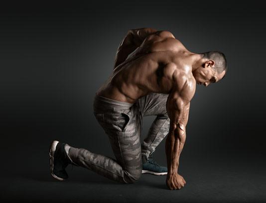 عکس با کیفیت مرد فیتنس با مشتی بر زمین