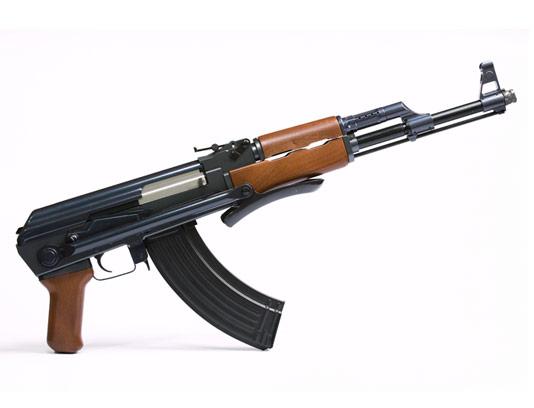 عکس با کیفیت اسلحه کلاشنیکف با زمینه سفید