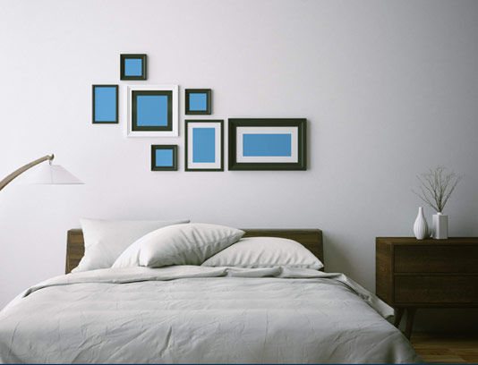 موکاپ قاب عکس روی دیوار اتاق خواب به صورت کاملاً فارسی با 7 قاب عکسدر ابعاد استاندارد و مختلف