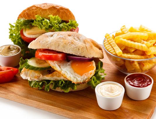 عکس با کیفیت ساندویچ مرغ برگر با سیب زمینی سرخ شده