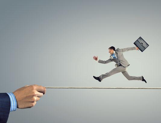 عکس با کیفیت مفهومی کسب و کار مرد در حال دویدن روی تناب