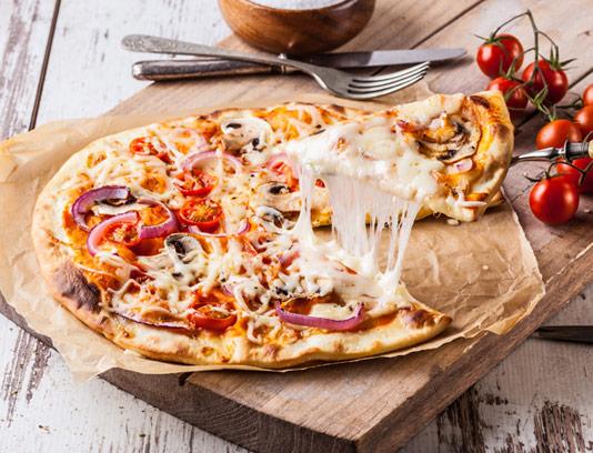 عکس با کیفیت پیتزای قارچ و پنیر ایتالیایی