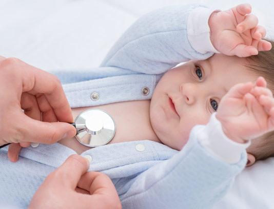 عکس با کیفیت معاینه ی نوزاد توسط پزشک
