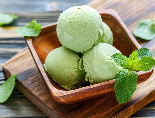 عکس با کیفیت بستنی توپی با طعم نعناع