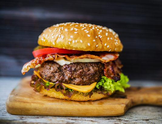 عکس با کیفیت همبرگر گوشت ویژه بر روی تخته چوبی
