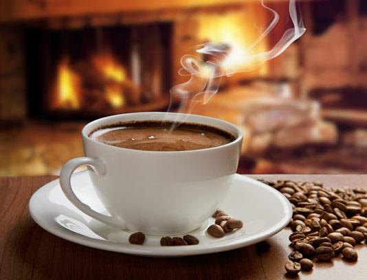 عکس با کیفیت فنجان قهوه و دانه های قهوه