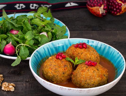 عکس با کیفیت غذای ایرانی کوفته تبریزی با سبزی تازه