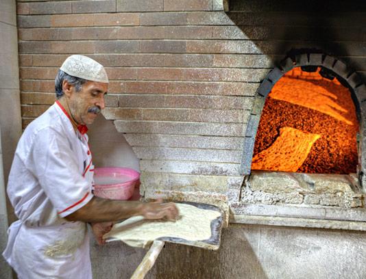 عکس با کیفیت نانوایی سنگکی و مرد نانوا