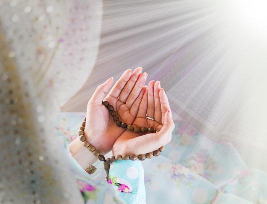 عکس با کیفیت زن مسلمان در حال دعا کردن و دستان روبه آسمان