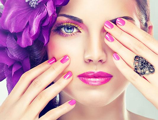 عکس با کیفیت خانم زیبا با آرایش و مانیکور بنفش
