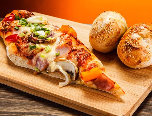عکس با کیفیت پیتزا باگت با زمینه چوبی
