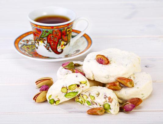 عکس با کیفیت گز تازه پسته ای با فنجان چای