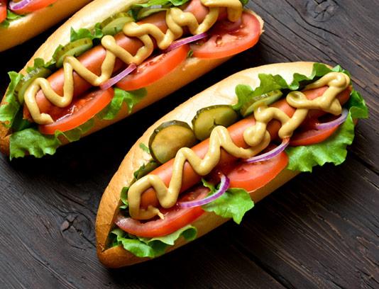 عکس با کیفیت ساندویچ هات داگ با گوجه و خیارشور