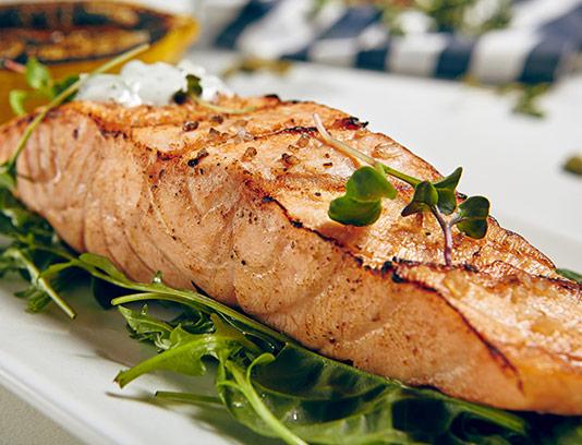 عکس با کیفیت فیله ماهی سرخ شده با سبزیجات