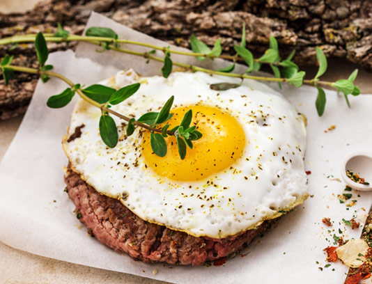 عکس با کیفیت برگر با تخم مرغ سرخ شده