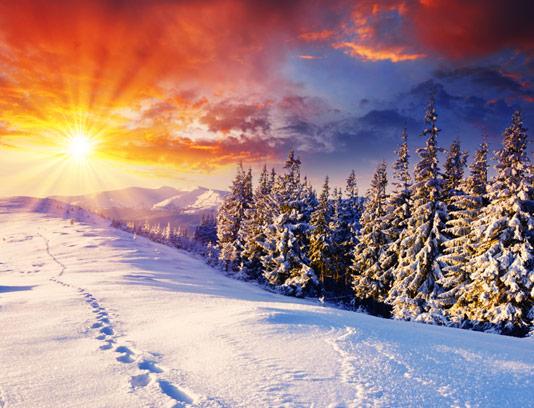 عکس با کیفیت منظره غروب زمستانی در کوهستان برفی