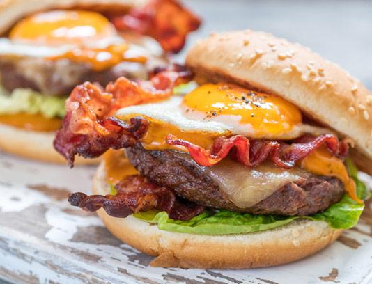 عکس با کیفیت ساندویچ همبرگر، بیکن تنوری و نیمرو