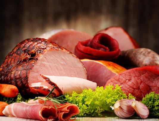 عکس با کیفیت ژامبون برش خورده و گوشت تازه