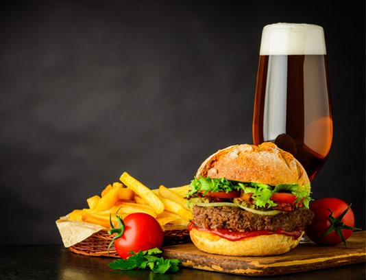 عکس با کیفیت ساندویچ همبرگر با سیب زمینی سرخ شده و دلستر
