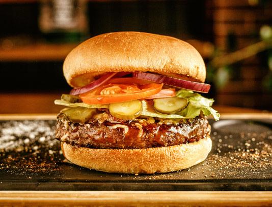 عکس با کیفیت ساندویچ همبرگر ویژه با خیارشور و گوجه