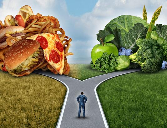 عکس با کیفیت مفهومی انتخاب غذای سالم و فست فود