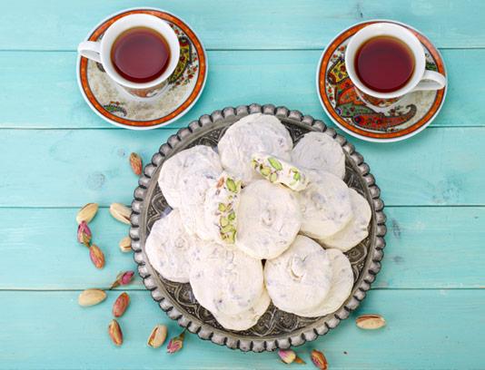 عکس با کیفیت گز آردی پسته ای تازه با فنجان چای