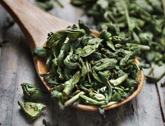 عکس با کیفیت چای سبز خشک شده با قاشق چوبی