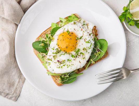 عکس با کیفیت صبحانه نیمرو با سبزیجات و نان تست