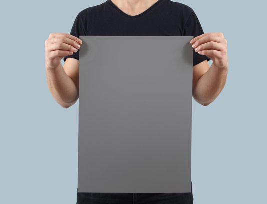 موکاپ پوستر عمودی در دستان مرد به صورت لایه باز