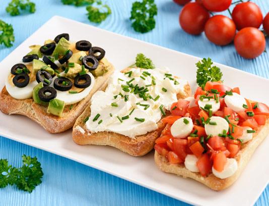 عکس با کیفیت صبحانه با نان تست، پنیر و زیتون