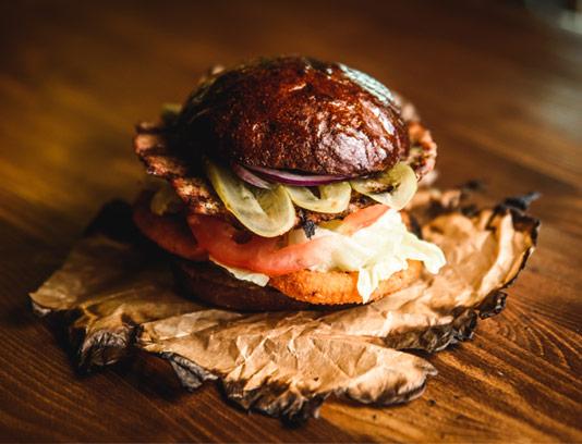 عکس با کیفیت همبرگر مخصوص با پیاز سوخاری
