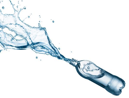 عکس با کیفیت بطری آب معدنی در حال ریختن