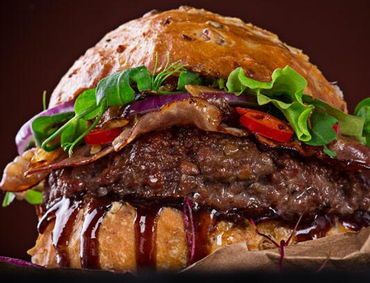 عکس با کیفیت همبرگر ویژه با سس ورچستر