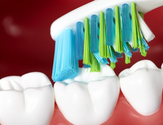 عکس با کیفیت مسواک زدن دندان