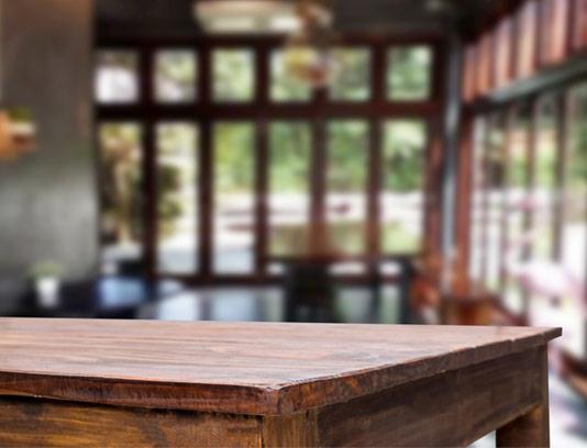 عکس با کیفیت میز چوبی در رستوران و کافی شاپ