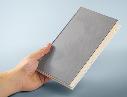 طرح لایه باز موکاپ کاور کتاب در دست