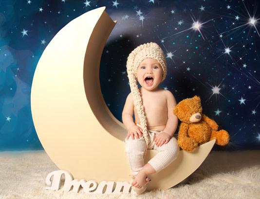 عکس با کیفیت کودک در استدیو عکاسی با زمینه ماه و ستاره