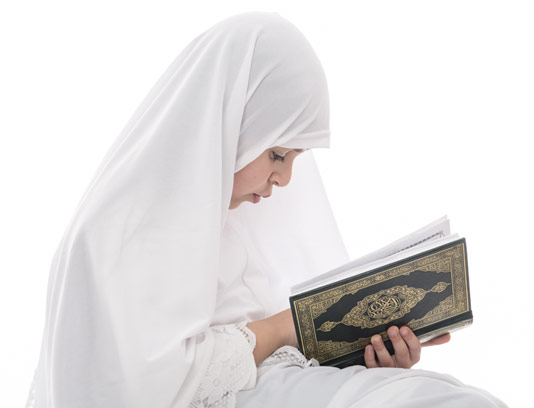 عکس با کیفیت دختر مسلمان در حال قرآن خواندن