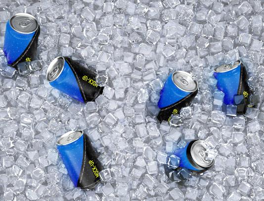 طرح لایه باز موکاپ بسته بندی قوطی نوشیدنی در یخ