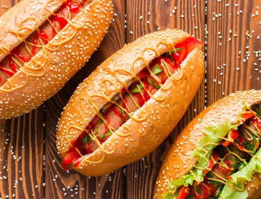 عکس با کیفیت ساندویچ هات داگ با نان کنجدی و سس خردل