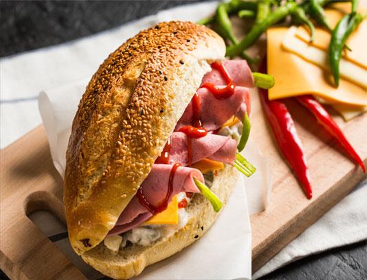 عکس با کیفیت ساندویچ ژامبون گوشت با نان کنجدی